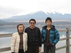 【2007年1月:左から、母、父、僕】
