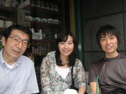 【2007年6月、隣のスタバにて:左から、父、姉、僕】